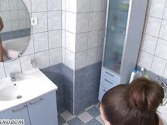 Teen floozy masturbating her pussy in the bathroom